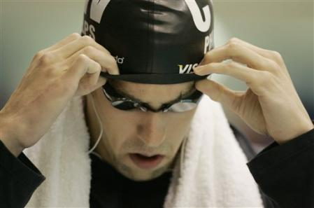 图文:全美游泳锦标赛第3日 菲尔普斯调整泳帽