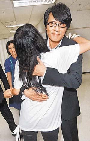 张惠妹在现场与包小柏亲热拥抱