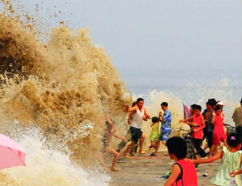 8月2日下午4点半左右,在杭州下沙七堡一丁字坝附近,发生钱塘江潮水卷人事件。据杭州市公安局现场搜救人员称,有30多人在江堤玩耍时被卷走。