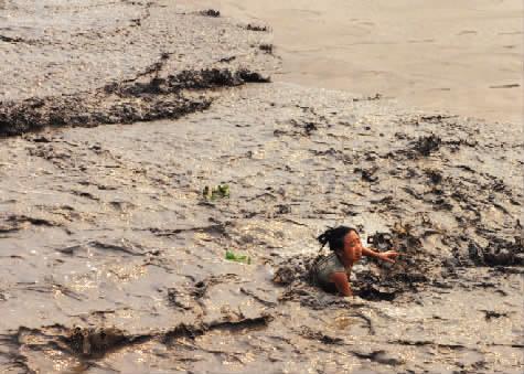 很多人被潮水打翻,一位女孩差点被潮水卷走(图片:都市快报)