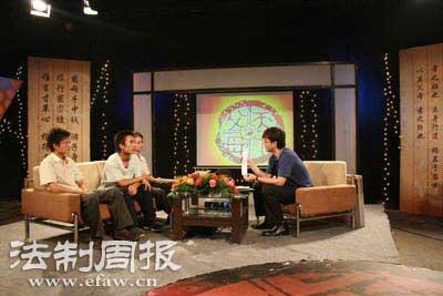 陶星与本报记者蒋伟在节目录制现场(左中为陶星,左一位本报记者蒋伟,山东卫视供图)