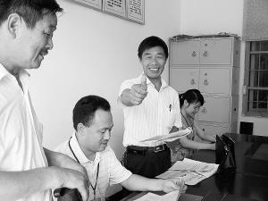 在便民服务中心办事的农民为优质服务叫好。 康仁辉摄