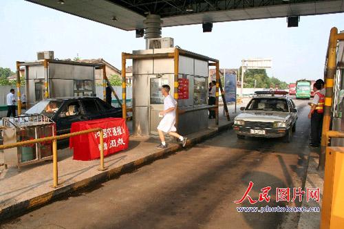 由于不能正常交费过站,驾驶员只能绕道从一旁出站。