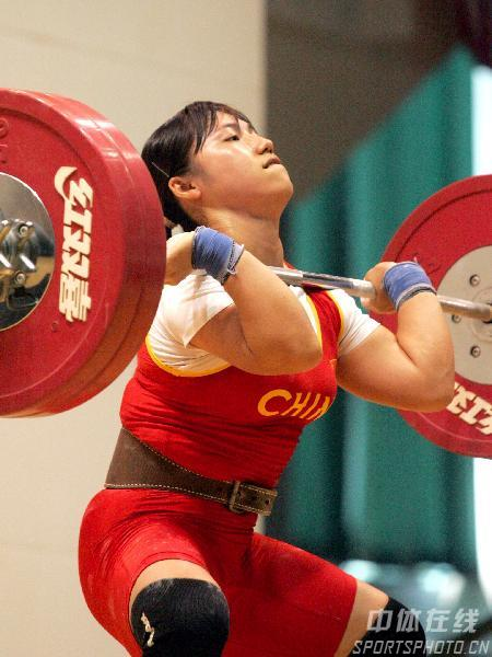 图文:举重女队08奥运测试赛 邱红霞站起瞬间