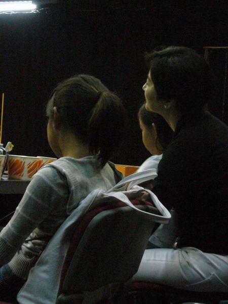 资料图片:林青霞在入神地看戏
