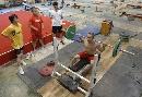 图文:举重男队备战奥运 石智勇训练中也是标兵