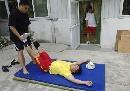 图文:举重男队备战奥运 队员训练之后在做放松