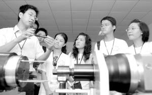 大学生记者参观海盐国家标准件产品质量监督检验中心。
