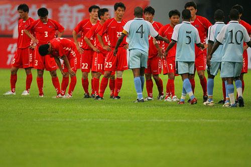 图文:[四国赛]朝鲜-博茨瓦纳 双方赛后握手