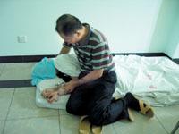 由于发病时从床上滚落下来,小成只能睡在地上。