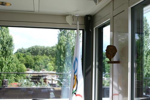 从顾拜旦厅看窗外的景色,右侧墙上悬挂的是顾拜旦的雕像。