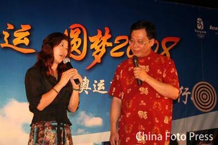 图文:奥运冠军王丽萍出席活动 畅谈悉尼夺冠史