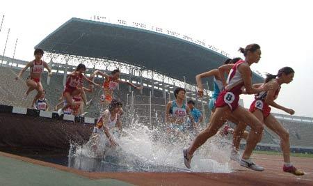 图文:田锦赛女子300米障碍跑 朱艳梅冲向终点