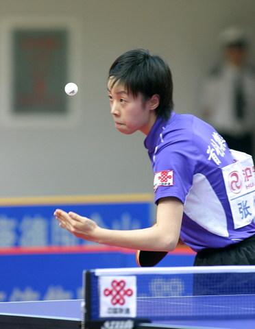 图文:乒超第十轮北京3比0重庆 张怡宁准备发球