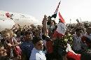 图文:伊拉克队载誉归国 球员萨布里被高高扛起