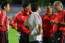 图文:[四国赛]国奥备战中朝战 教练组商讨对策