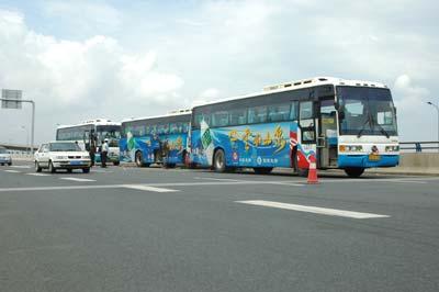三辆旅游大巴发生追尾事故。