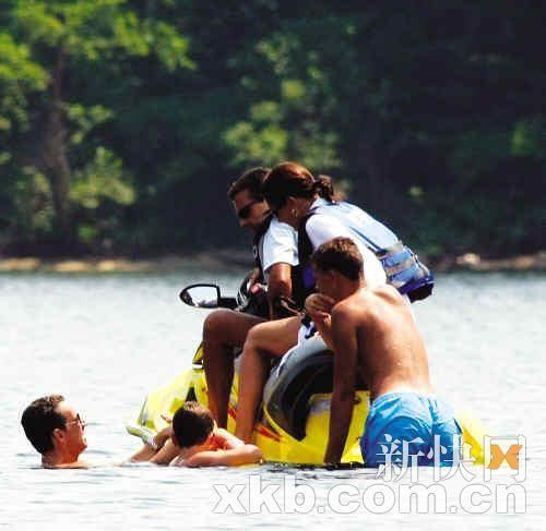 8月3日,萨科奇(左)和家人在温尼珀索基湖中玩乐。