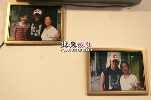 小店墙上挂着韩庚和妈妈的合影