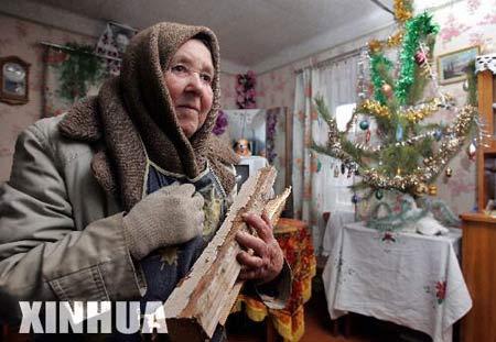 1月2日,在距离乌克兰首都基辅10公里的奥塞什黑纳村,村民劈柴烧火。