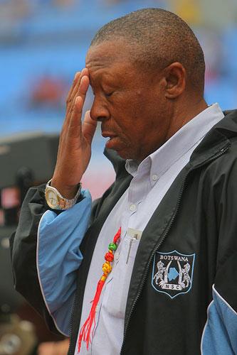 图文:[四国赛]日本-博茨瓦纳 博茨瓦纳教练祈祷