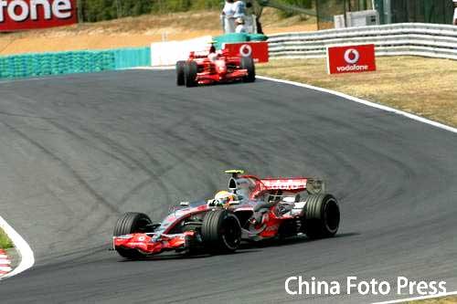 图文:[F1]匈牙利大奖赛正赛 莱科宁与马萨