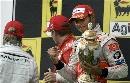 图文:[F1]匈牙利大奖赛正赛 手捧冠军奖杯