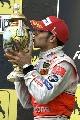 图文:[F1]匈牙利大奖赛正赛 汉密尔顿亲吻奖杯