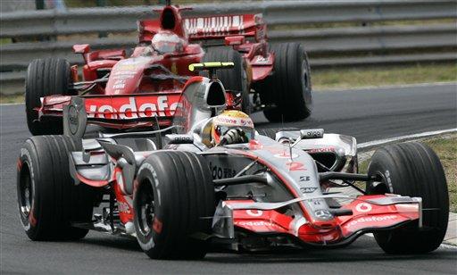图文:[F1]匈牙利大奖赛正赛 汉密尔顿领先过弯