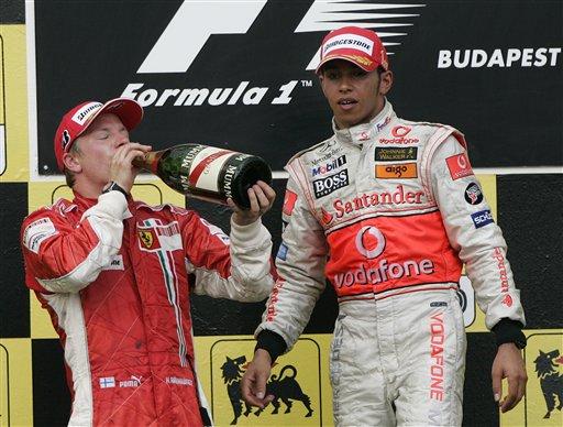 """莱科宁(左)在领奖台上""""喝闷酒"""""""