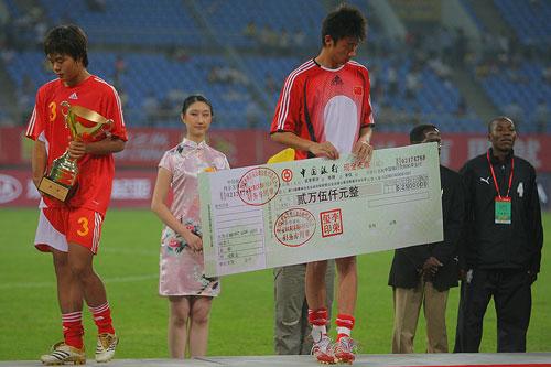 图文:[四国赛]国奥0-1朝鲜 手拿支票倍感失落