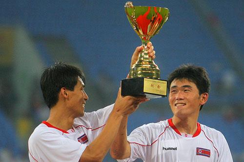 图文:[四国赛]国奥0-1朝鲜 纪念奖杯安慰队员