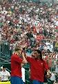 图文:[友谊赛]北京国安VS巴萨 小罗向球迷致意