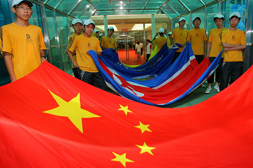 图文:[四国赛]国奥0-1朝鲜 出场通道国旗鲜艳
