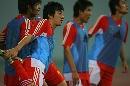 图文:[四国赛]国奥0-1朝鲜 吕建军抻腿