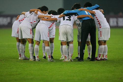图文:[四国赛]国奥0-1朝鲜 朝鲜队赛前加油