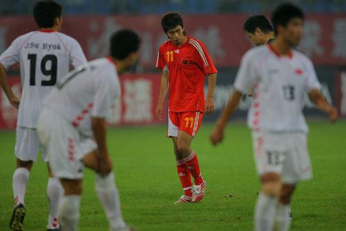 图文:[四国赛]国奥0-1朝鲜 朱挺不满对手动作