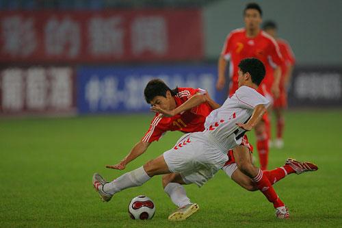 图文:[四国赛]国奥0-1朝鲜 朱挺被放倒