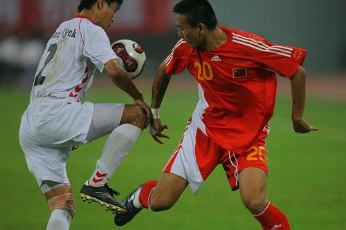 图文:[四国赛]国奥0-1朝鲜 毛剑卿突破被阻