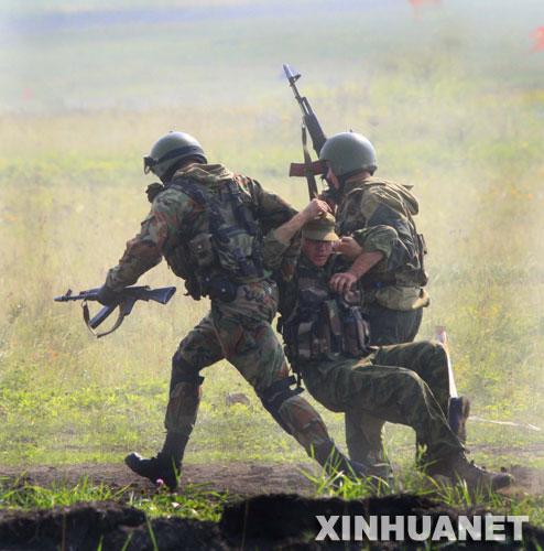 """8月4日,俄军特战队员在车里雅宾斯克进行反恐演练。""""和平使命―2007""""上海合作组织成员国武装力量联合反恐军事演习俄方总导演莫尔坚斯科伊上将5日在接受新华社记者采访时说,俄罗斯联邦武装力量将派出具有丰富反恐经验的部队和先进装备参加""""和平使命―2007""""演习。 新华社记者 李刚摄"""