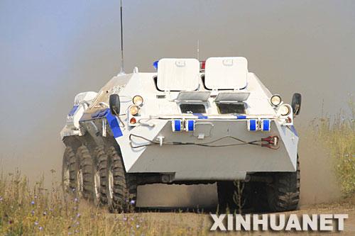 8月4日,俄罗斯用于反恐作战的装甲车辆在车里雅宾斯克演练场训练。新华社记者 李刚摄