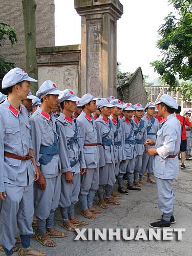 8月4日,身着红军服装的部队官兵集合准备渡河。新华社记者 张月琳 摄