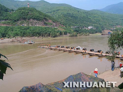 8月4日,采用舟桥和轻型门桥共同搭建的浮桥正缓缓从河岸移向河心。新华社记者 张月琳 摄
