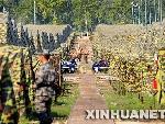 小路两侧是中俄两方的野营村