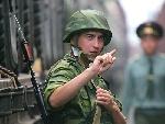一名俄军士兵在军列旁警戒