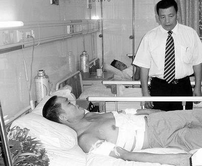 许多企业派人到医院看望慰问朱耀峰,表示愿接纳他为员工。