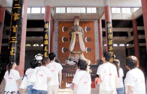 大学生瞻仰大禹塑像。