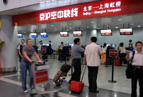 """8月6日拍摄的首都机场""""京沪空中快线""""专用柜台"""
