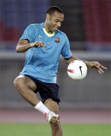 图文:巴塞罗那抵日本训练  亨利享受快乐足球