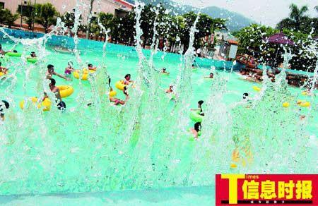 某水上乐园冲浪池内,人们正在尽情的戏水。9日起大部分地区降水趋于明显,将进一步缓解高温天气。陆明杰 摄